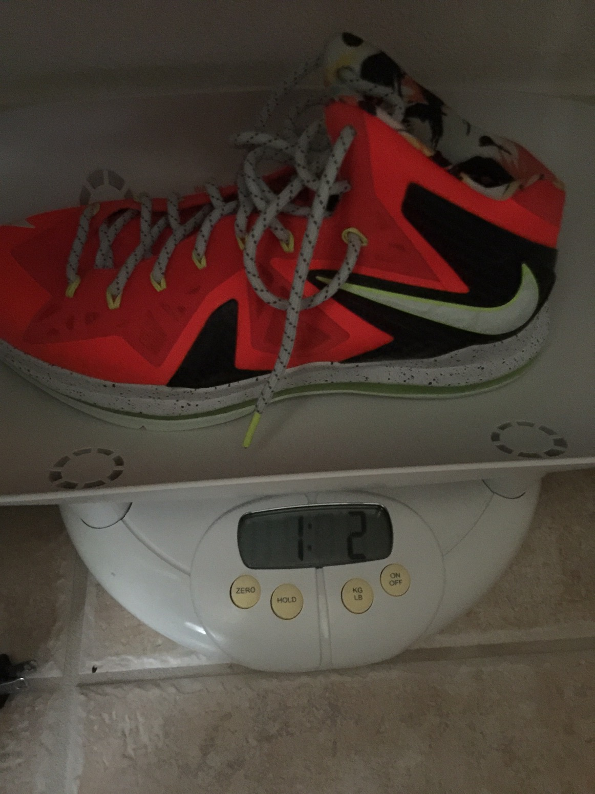 a158848ab1d47 Pretty light for a Lebron shoe at 17 oz but heavier than average shoes  today by about 2-3 oz. The Elite weighs an ounce more and I m guessing it  is due to ...